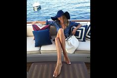 Elle MacPherson shows off her toned tummy and impossibly long legs Elle Macpherson, Yachting Club, Bootfahren Outfit, Outfit Posts, Estilo Navy, Toned Tummy, Brooklyn Decker, Parisienne Chic, Paris Match