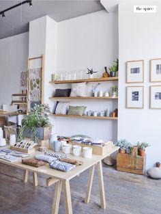 Als ik een winkel heb met veel muren met inhammen dan lijkt het mij leuk om wandplanken te gebruiken. ook vind ik de grote houten tafel erg leuk voor kleine accessoires.
