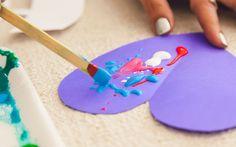 Com a ajuda de um palito de madeira, espalhe tinta guache no recorte. Vale ser uma única cor ou misturar várias. Foto: Edu Cesar
