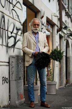 Old-Men-Street style-jacket-beige-jeans fashion men mature мужской стиль, с Fashion For Men Over 50, Mature Mens Fashion, Old Man Fashion, Mens Fashion Suits, Men's Fashion, Well Dressed Older Man, Sharp Dressed Man, Well Dressed Men Over 50, Old Man Jeans