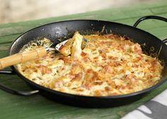 Μήπως ήρθε η ώρα να δοκιμάσεις διαφορετικές πατάτες φούρνου;  Βαρέθηκες τις κλασσικές τηγανητές και τις πατάτες φούρνου;          ΥΛΙΚΑ  10 πατάτες  10 φέτες μπέικον  1 κύβος λαχανικών Knorr  200 γρ. στραγγιστό γιαούρτι  180 γρ. τυρί Μετσόβου καπνιστό,τριμμένο  1/2 κ.γ. κόλιανδρο σκόνη  160 γρ. Flora Soft Greek Dishes, Main Dishes, Greek Recipes, Yummy Recipes, Appetisers, Deli, Cooking Time, Cheeseburger Chowder, Risotto