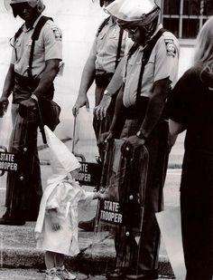 Los niños no conocen el odio: lo aprenden de sus padres. Un encuentro que tuvo lugar en 1992 entre un niño vestido de Ku Klux Klan y un funcionario negro del Estado Trooper (policía estatal)