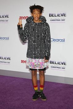 Jaden usa uma saia estampada num look bem street - vem ver mais!
