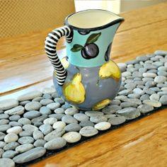Genius DIY Pebble Art For Beautiful Interior Decoration 27 Diy Simple, Easy Diy, Rock Crafts, Diy Crafts, Stone Rug, Color Stone, Diy Casa, Deco Table, Pebble Art