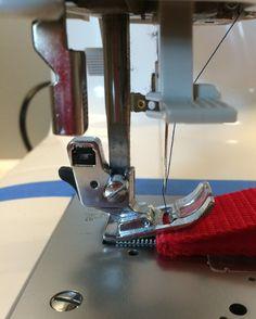 Ajouter un tissu épais ou régler la molette du pied presseur pour démarrer la couture d'un grosse épaisseur
