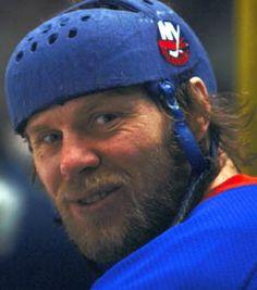 Butch Goring in an Islanders helmet. Bruins Hockey, Hockey Mom, Ice Hockey, Mike Bossy, Hockey Pictures, Der Club, Nhl News, Pittsburgh Penguins Hockey, New York Islanders