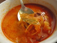 Na sádle osmahneme cibulku a když začne sklovatět, přidáme klobásu nakrájenou na vámi zvolené kusy - já krájím čtvrtkolečka. Opečeme ji spolu s... Tzatziki, Thai Red Curry, Food And Drink, Menu, Soup, Treats, Cooking, Health, Ethnic Recipes