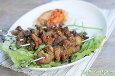 Thịt nướng thơm mềm dậy mùi sả, cuốn cùng kim chi và xà lách xoăn là món ăn đổi vị giúp bữa tối của gia đình bạn phong phú hơn.