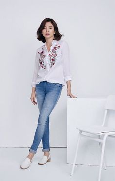Bride-to-be Song Hye-kyo returns in jeans Song Hye Kyo Style, Yoo Ah In, Song Joong Ki, Korean Actresses, Korean Beauty, Capsule Wardrobe, My Idol, Korean Fashion, Casual