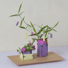 省スペースだけど季節感のある七夕のアレンジ。和紙のクラフト花器は、大人っぽい落ち着いた色合いでまとめるのがポイント。/暮らしの花飾り(「はんど&はあと」2012年7月号)