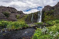 Gjáin: Blick auf den Wasserfall Gjárfoss am Ende der Schlucht Gjáin im Süden Islands. Eine wunderbare Umgebung, nur leider unglaublich viele Fliegen dort.