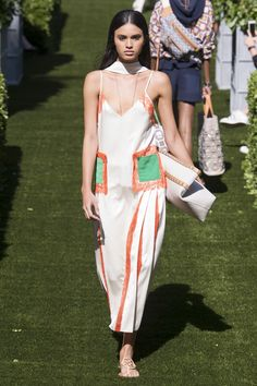 Tory Burch Spring 2018 Ready-to-Wear  Fashion Show - Aira Ferreira