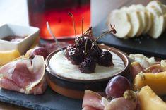 Κεράσια τουρσί από τον Άκη. Μόλις τα κάνετε τουρσί, μπορείτε να τα σερβίρετε με διάφορα τυριά, αλλαντικά ή ακόμα και με κάποιο κρέας.