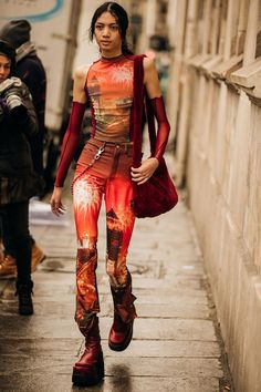 As Haute Couture spring/summer 2020 makes its extravagant entrance in Paris, Vogue photographer Jonathan Daniel Pryce captures the best street style. K Fashion, Fashion Weeks, Runway Fashion, Fashion Outfits, Womens Fashion, Fashion Design, Fashion Trends, Grunge Outfits, 90s Grunge