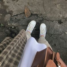 Ig: @26thang6 Cool Instagram Pictures, Cool Girl Pictures, Beige Aesthetic, Aesthetic Girl, Hijab Fashion, Fashion Outfits, Womens Fashion, Girls Diary, Minimal Outfit