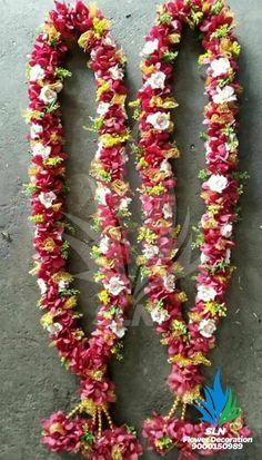 Garlands Indian Wedding Flowers, Flower Garland Wedding, Indian Wedding Decorations, Flower Garlands, Wedding Garlands, Flower Jewellery For Mehndi, Mandap Design, Wedding Scene, Wedding Reception