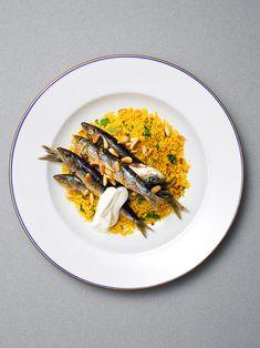 Grillierte Sardinen harmonieren gut mit Safrancouscous, gerösteten Pinienkernen, frisch gehackter Petersilie und Joghurt.