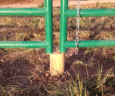 Tips for Fixing Sagging Gates. Roska-aitauksen portin tueksi (puunpala pystytolppaan?