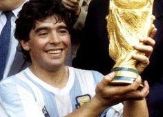 Diego Maradona es un futbolista bueno.