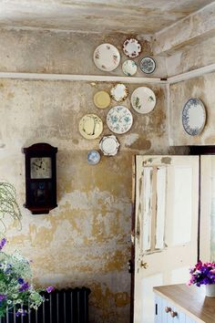An innovative way to hang plates on a wall - vintage, haphazard and understatedly high - at Durslade Farmhouse, Somserset (Condé Nast Traveller) Vintage Plates, Vintage Decor, Wabi Sabi, Distressed Walls, Vintage Country, French Country, Home And Deco, Plates On Wall, Interior Inspiration