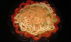 Spagete od tikvica ŠPAGETI  Sastojci:  - Tikvica narezana u obliku špageta - Peršun - Bosiljak - Paradajz - Crvena paprika - malo soli - Čili u prahu - Susam - 1 kašika.