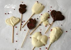 Lollipops de chocolate branco e de leite Sugar, Cookies, Cake, Desserts, Food, White Chocolate, Milk, Crack Crackers, Tailgate Desserts