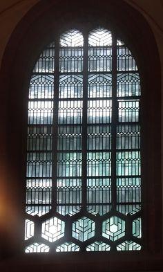 Essen - Duitsland - St. Johann Anbetungskirche. Deze kerk, die onderdeel uitmaakt van de Dom van Essen, heeft ook zwaar geleden onder de bombardementen in maart 1943. De glas-in-loodramen zijn in de jaren 50 vernieuwd. Foto: G.J. Koppenaal - 7/12/2017.