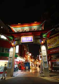 神戸の中華街、神戸南京町の西の入り口、西安門です。多くの中華料理屋などが並んでいます。