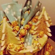 Christmas drip cake with  #baileys white chocolate ganache, Irish cream trees & Irish cream caramel pop corn. Kinda ragin I'm giving it as a gift cos I wanna devour it all in by myself... Possibly huddled in a corner  #irishcream #christmasdripcake #chocolatesails #snowflakes #yumyumyum