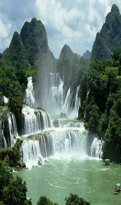 Wasserfall Vietnam DetianBan Gioc Falls Cao Bang Vietnam These falls are actually two waterfalls that straddle the ChinaVietnam border There is some symbolism perhaps in. Beautiful Waterfalls, Beautiful Landscapes, Famous Waterfalls, Places To Travel, Places To See, Travel Destinations, Vacation Travel, Family Travel, Landscape Photography