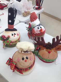 Valeria R Pisaturo's media content and analytics Christmas Elf Doll, Christmas Globes, Christmas Favors, Felt Christmas Decorations, Felt Christmas Ornaments, Christmas Fabric, Primitive Christmas, Christmas Candy, Christmas Projects