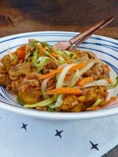 Warme kipsalade met groentenoodles en de lekkerste satésaus