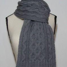 Echarpe unisexe à torsades au tricot 100% laine grise.