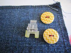 Couture pour debutant(e)s: Coudre un bouton avec le pied à bouton de votre  Machine à coudre