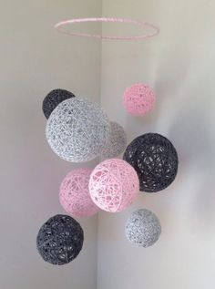 Marbled baby pink, marbled light grey, and dark grey yarn ball baby mobile - I love this as a decoration, so awesome! Diy Home Crafts, Yarn Crafts, Crafts For Kids, Arts And Crafts, Teen Summer Crafts, Diy Crafts For Bedroom, Diy Wall Decor For Bedroom, Diy Y Manualidades, Creation Deco