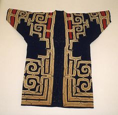This is a spectacular Ainu coat / roabe Robe Date: century Culture: Japan (Ainu) Medium: Cotton The decoration of attush robes and those made from cotton, like this example, feature embroidery alone or both applique and embroidery. Japanese Textiles, Japanese Prints, Japanese Kimono, Japanese Art, Japanese Design, Shibori, Ainu People, Kimono Design, Folk Costume