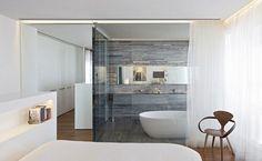 carrelage mural imitation pierre grise dans la salle de bain moderne attenante à la chambre à coucher