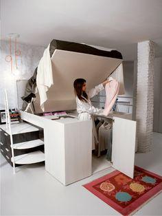 Попасть в гардероб под кроватью можно подняв спальное место кровати.