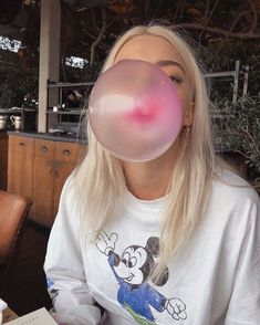 If you can blow a bigger bubble than me I will personally mail you 13 pounds of bubble gum let me know. Selfies, Pyper America Smith, Blowing Bubble Gum, Tumblr Boy, Peinados Pin Up, Insta Snap, Big Bubbles, Look Girl, Tumblr Photography