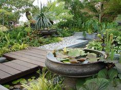 jardín japones con plataforma de madera