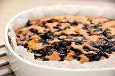 Alletiders bedste blåbærkage, der her er lavet med frosne blåbær. Du kan selvfølgelig også bage blåbærkagen med friske blåbær. Foto: Guffeliguf.dk.