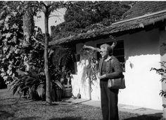 ETA_0456.jpg - Eva Hilden isänsä rakentaman talon pihalla. Brasilia 1979.