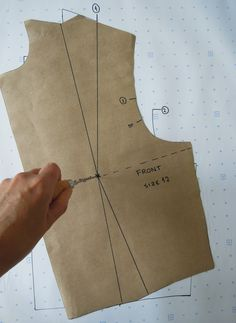 Pattern Making Fundamentals: Dart manipulation and pivot points (VIDEO) 25 Beginner Sewing Projects Dart manipulation – pivot a dart Dart manipulation -- specifically arm scythe darts. Pattern Cutting, Pattern Making, Sewing Hacks, Sewing Tutorials, Sewing Ideas, Dart Manipulation, Bodice Pattern, Modelista, Pattern Drafting