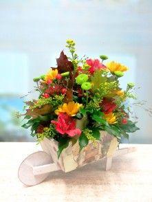 Carretilla con flores naturales