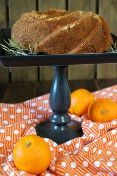 Bundt cake de naranja, pasas y romero