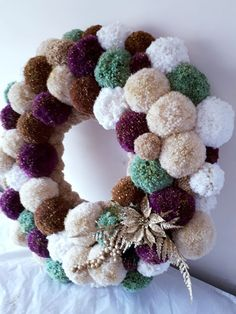 Check out these awesome Christmas Decorating Ideas to Turn Your Home Into a Winter Wonderland - Pom Pom Wreaths Christmas Pom Pom Crafts, Christmas Wreaths, Christmas Crafts, Christmas Ornaments, Snowman Crafts, Crochet Christmas Wreath, Pom Pom Decorations, Unique Christmas Decorations, Pom Pom Wreath