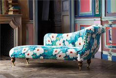 Fainting couch upholstered in large scale floral upholstery fabric from Harlequin Impasto collection - harlequin via atticmag Fainting Couch, Chaise Lounges, Diy Design, Interior Design, Interior Decorating, Harlequin Fabrics, Harlequin Wallpaper, Upholstered Furniture, Soft Furnishings