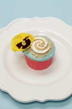 Graham cracker sand, ocean blue frosting, and an edible flower come together to create a Moana cupcake that's as pretty as it is delicious. Moana Birthday Party, Moana Party, Luau Birthday, 6th Birthday Parties, Luau Party, Birthday Ideas, Moana Cupcake, Festa Moana Baby, Moana Theme