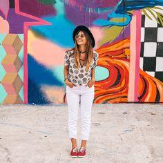 Um dos locais que mais amei conhecer em MIAMI foi o Wynwood Walls. Tem cheiro de arte em cada canto. Muitos painéis grafitados, de vários artistas do mundo inteiro. Super inspirador! Pra quem ama arte, diversão e fotos... Vai estar no lugar certo! E o melhor: você não paga nada pra ver!  Sai cada foto divertida, haha. Vale muito a pena a visita: NW 2nd Ave, Miami.  Ah, o look é todo da @loonyjeans. Quem aí também ama uma calça branca? Foto: @brunofioravanti