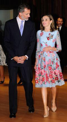 La reina le ha puesto el toque de color al lunes con vestidazo de estreno de Carolina Herrera
